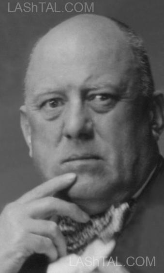 """Aleister Crowley - 1929 - Em seu apartamento em """"Jermyn Street"""""""